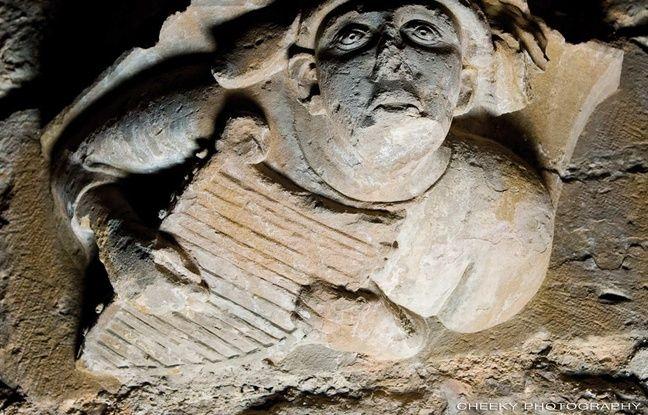 Une sculpture représentant un joueur de psaltérion.
