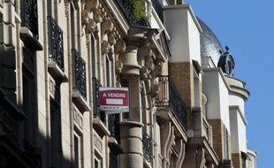 La baisse des prix des logements anciens à Paris s'est confirmée au quatrième trimestre 2012, avec un recul de 1,0% sur un an sous l'effet d'un important recul du volume des volume de vente d'appartements, selon la Chambre des notaires Paris-Ile-de-France.