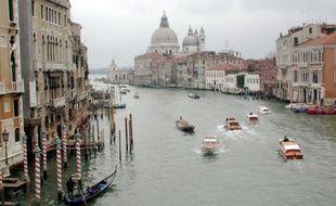 Vue du canal principal avec la basilique de Santa Maria della Salute au loin, à Venise, le 9 avril 2000