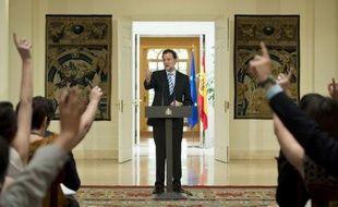 """Le chef du gouvernement espagnol Mariano Rajoy s'est dit dimanche """"très satisfait"""" de l'aide européenne accordée aux banques de son pays, un sauvetage de cent milliards d'euros au maximum qui laisse à l'Espagne un répit, mais place son économie sous étroite surveillance."""