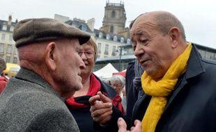 Jean-Yves Le Drian en campagne sur un marché le 24 octobre 2015 à Rennes.