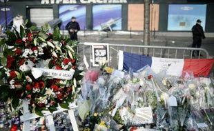 Des policiers français devant l'Hyper cacher, cible d'une attaque terroriste à Paris, le 23 janvier 2015