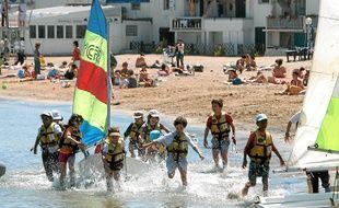 Des enfants participent à des activités sportives sur une des plages marseillaises.
