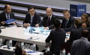 Le comité exécutif de la Fifa compte les voix lors de l'élection présidentielle du 29 mai 2015, à Zurich.