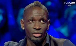 Le défenseur de l'équipe de France Mamadou Sakho sur le plateau DEBeIn Sport, le 24 novembre 2013.
