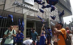 Manifestation devant le siège de la compagnie Petrobras à Rio de Janeiro.