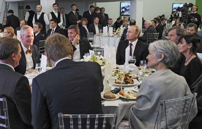 Le conseiller de la Maison Blanche à la Sécurité nationale, Michael Flynn, lors d'un dîner à Moscou, à gauche de Vladimir Poutine, le 12 octobre 2015.