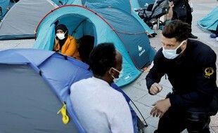 Des migrants évacués du parvis de l'Hôtel de ville à Paris le 1er septembre 2020.