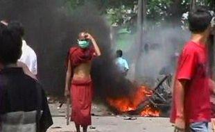 L'armée birmane a lancé des tirs de sommation et des gaz lacrymogènes sur les manifestants mercredi à Rangoun (Birmanie)