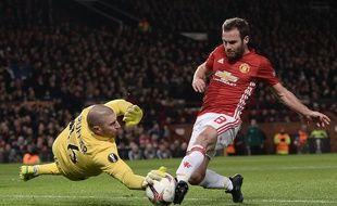 Stéphane Ruffier, ici en février dans un duel remporté face au milieu espagnol de Manchester United Juan Mata en Ligue Europa.