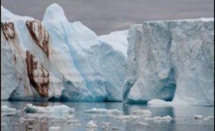 De grandes giclées d'eau glacée balaient le pont de l'Astrolabe, parti d'Hobart (Australie) vers le continent antarctique à travers une zone redoutée des marins, l'océan Austral.