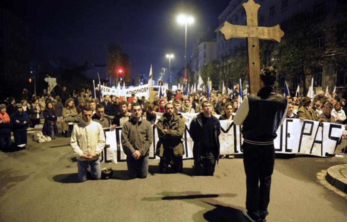 Des fondamentalistes chrétiens manifestent contre la représentation de la pièce «Sur le concept du visage du fils de Dieu», de Romeo Castellucci, à Rennes, le 10 novembre 2011. – DAMIEN MEYER / AFP
