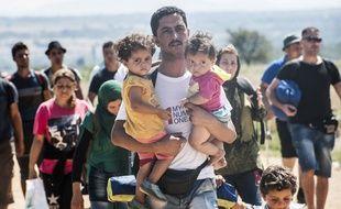 Des migrants venus de Macédoine traversent à pied la Serbie.