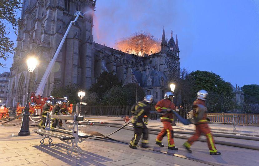Incendie de Notre-Dame: Un prix européen aux sapeurs-pompiers qui ont combattu les flammes