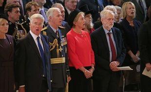 Le chef du parti Travailliste britannique, Jeremy Corbyn (D), reste muet lors de l'hymne national lors d'une cérémonie de la Royal Air Force pour le 75e anniversaire de la Bataille d'Angleterre à la cathédrale St Paul de Londres, le 15 septembre 2015.