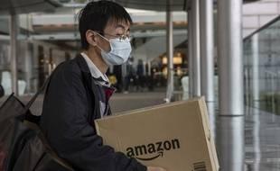 Un homme porte un carton Amazon à Hong Kong (illustration).
