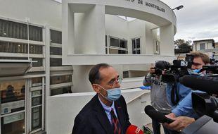 Le maire de Béziers Robert Ménard (DVD) répond aux journalistes devant le tribunal administratif de Montpellier le 4 novembre 2020.