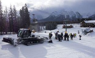 Des skieurs à Lake Louise (illustration).