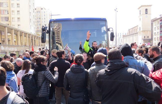 Un car a voulu forcer la manifestation.