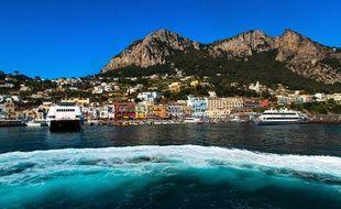 Située en face de la péninsule de Sorrente en Italie, Capri est une île de 6 km de long par trois mètres de large. Elle est le lieu incontournable des jet-setters.