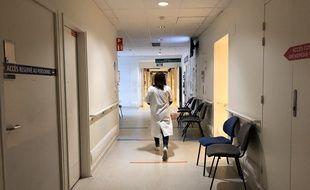 Un soignant marche dans les couloirs du CHU Pontchaillou, à Rennes.