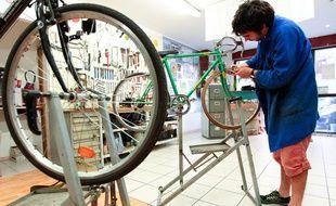 """Dans un atelier de réparation de vélo du collectif """"velo en ville"""", à Marseille (Photo illustration)"""