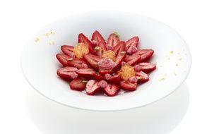Salade de fraises au naturel, chantilly à la moutarde cerise griotte et pointe d'amande Maille