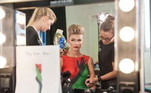 La robe JC Castelbajac, reproduite par les make-up artists de Make up For Ever.