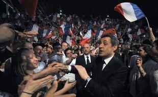 En public du moins, la prudence reste de mise. Mais, porté par une batterie de sondages le plaçant en tête du premier tour, Nicolas Sarkozy, qui a remis la sécurité et l'immigration au coeur de ses discours, a recommencé cette semaine à envisager une victoire sur le toujours favori des sondages au second tour François Hollande.