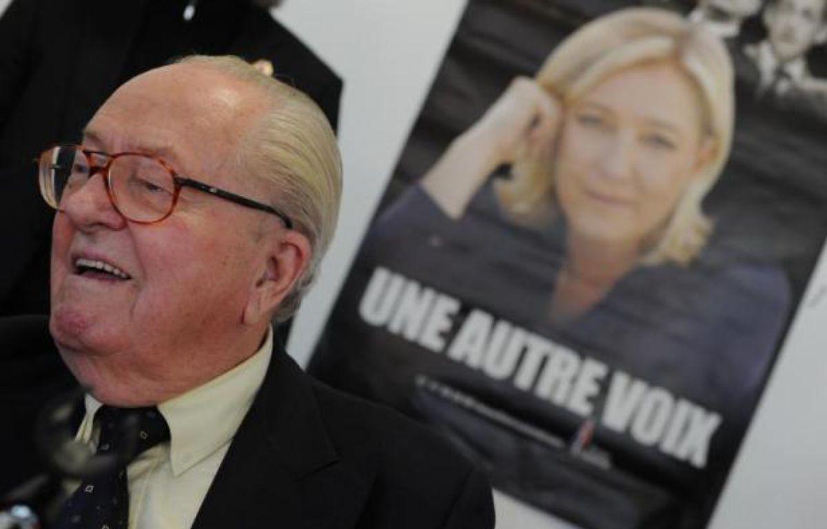 Jean-Marie Le Pen devant une affiche de campagne de sa fille Marine le 12 janvier 2014 à Agen – Mehdi Fedouach AFP