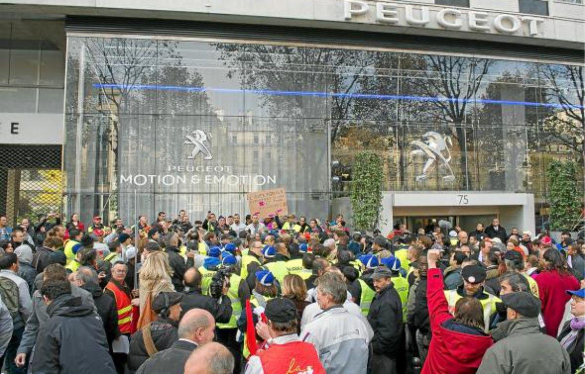 Des employés du site d'Aulnay devant le siège de PSA, le 15 novembre à Paris. –  A. GELEBART / 20 MINUTES