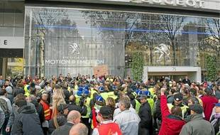 Des employés du site d'Aulnay devant le siège de PSA, le 15 novembre à Paris.