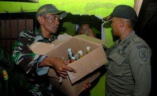 Les autorités indonésiennes ont saisi plusieurs bouteilles de l'alcool frelaté incriminé dans la mort d'une soixantaine de personnes.