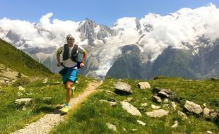 Un traileur cours sur un sentier de haute-altitude à Chamonix, France