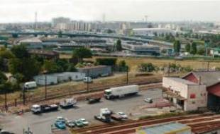 Soixante-trois hectares de terrain vont faire l'objet d'études pour redonner vie au quartier Bercy-Charenton (12e), enclavé dans des emprises ferroviaires, d'ici à dix ans.