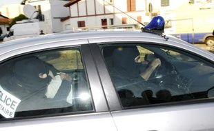 Des policiers lors de l'interpellation d'un homme suspecté de terrorisme