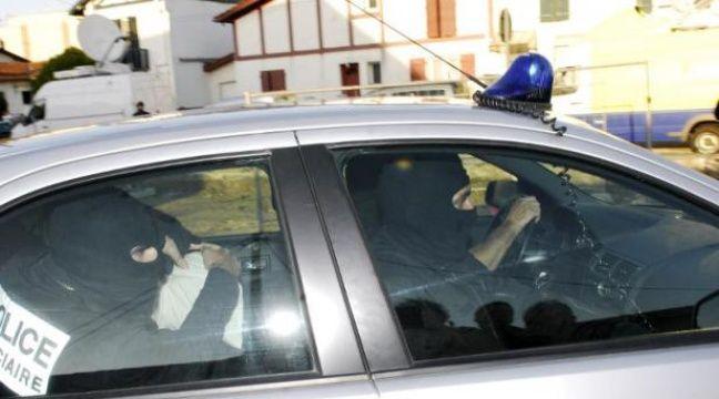 Des policiers lors de l'interpellation d'un homme suspecté de terrorisme – Gaizka Iroz AFP