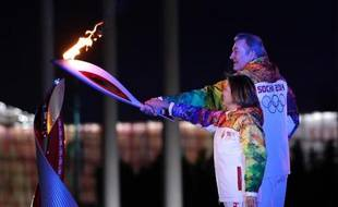 L'ancien hockeyeur russe Vladislav Tretyak et l'ex-championne de patinage artistique Irina Rodnina ont allumé vendredi à Sotchi la vasque olympique qui brûlera jusqu'au dernier jour des Jeux, le 23 février.