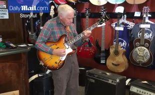 A 81 ans, Bob Wood a bluffé tout le monde dans ce magasin de guitares en interprétant la chanson Besame Mucho.