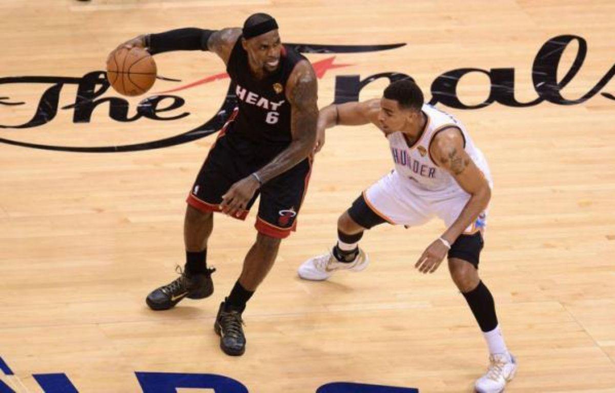 Miami a fait une bonne affaire jeudi en prenant l'avantage du terrain à Oklahoma City grâce à un succès in extremis (100-96) dans le deuxième match de la finale NBA et va désormais jouer trois matches d'affilée dans sa salle. – Robyn Beck afp.com