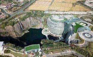 L'Intercontinental Wonderland, hôtel de luxe construit dans le creux d'une carrière désaffectée en Chine.