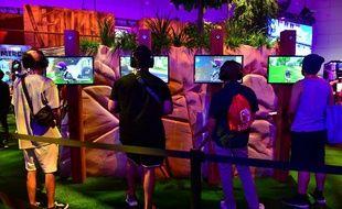 Des fans du jeu Fortnite jouent lors d'un salon à Los Angeles (image d'illustration).