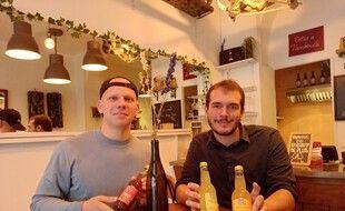 Gaspard Duval (à gauche) et Antoine Grenier, ont lancé une boisson à base de CBD, une molécule contenue dans le cannabis