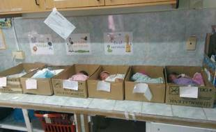 Capture d'écran d'une photo de lit en carton pour des nouveau-nés au Venezuela, posté par Manuel Fereira.