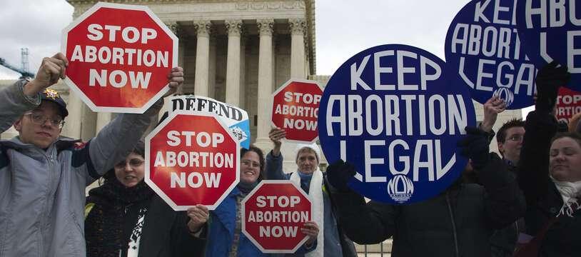 Des manifestants pro et anti-avortement à une Marche pour la vie en janvier 2004 à Washington.