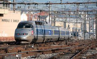 Un TGV arrivant à la gare Saint-Charles.