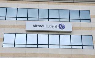 L'équipementier télécoms Alcatel-Lucent a profité lundi du spectaculaire retour en grâce de son action en Bourse pour annoncer une levée de fonds, qui doit lui apporter les ressources indispensables au redressement de son dispositif industriel.