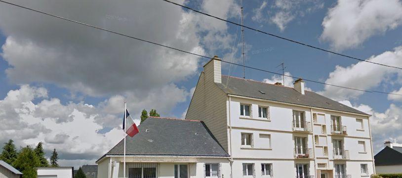 L'incendie s'est déclaré dimanche soir dans l'ancienne caserne de gendarmerie d'Allaire dans le Morbihan.