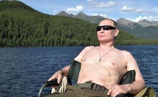 Le président russe Vladimir Poutine bronze au bord d'un lac de Sibérie, le 1er août 2017.
