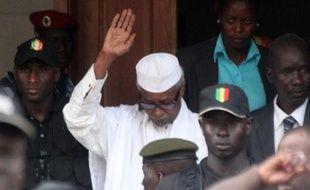 L'ex-président tchadien Hissène Habré (c), à sa sortie d'un tribunal à Dakar, le 2 juillet 2013